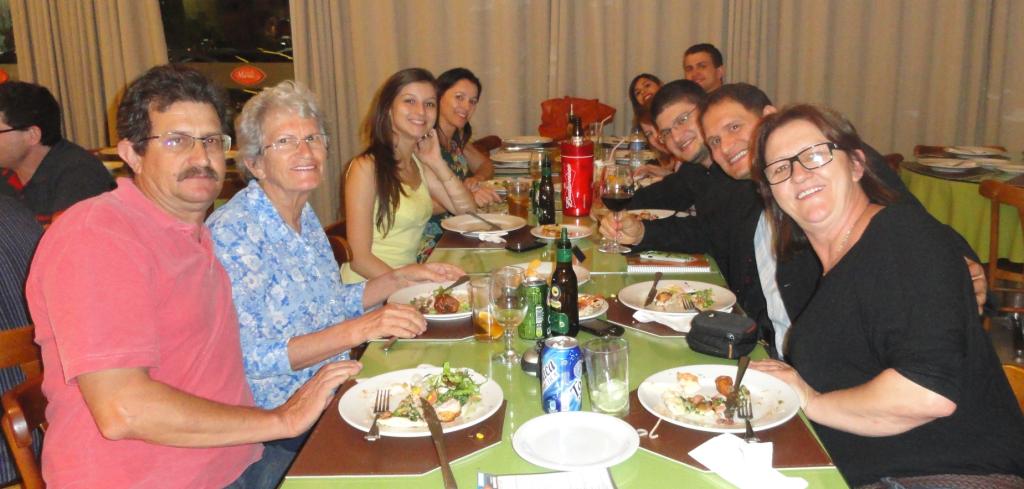 Confraternização com parentes e amigos logo após a celebração na Catedral Santo Antônio.