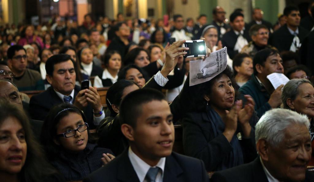 Público presente na Basilica del Santisimo Rosario para ver a face de São João Macías